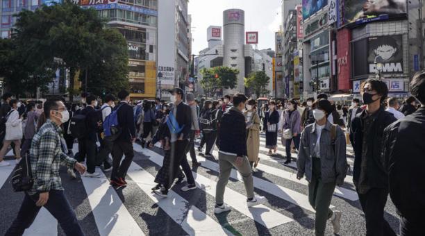 Personas con máscaras protectoras caminan en un paso de peatones en Shibuya en Tokio, Japón, el 18 de abril de 2021. Foto: EFE