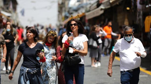 El Ministerio de Sanidad de Israel no ha registrado más muertes por coronavirus en los últimos 10 meses. El país ha dispuesto que las personas pueden circular sin mascarillas, ante el bajo número de casos. Foto: EFE