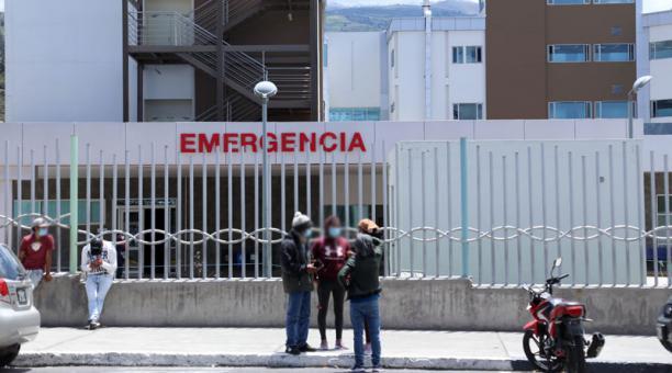 Los familiares de personas contagiadas con covid-19 esperan en las afueras de hospitales. Foto: Glenda Giacometti/ EL COMERCIO
