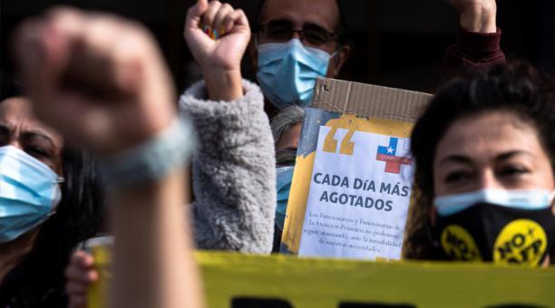 Funcionarios de los Centros de Salud Familiar (CESFAM) protestan frente a uno de los consultorios médicos Cesfam hoy, en Santiago (Chile).