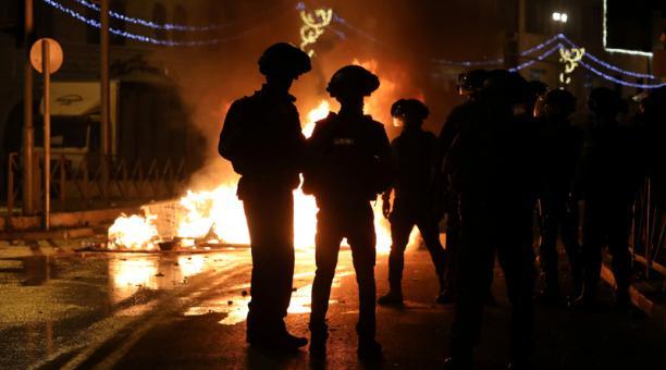 Policías israelíes junto a una barricada en Jerusalén, 22 abril 2021.