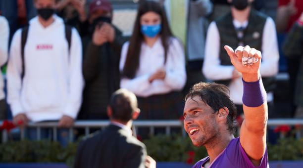 -El tenista español Rafael Nadal , muestra su alegría tras vencer en el partido de cuartos de final del Open Banc Sabadell, Trofeo Conde Godó disputado este viernes ante el británico Cameron Norrie . en las pistas del Real Club de Tenis de Barcelona. EFE/