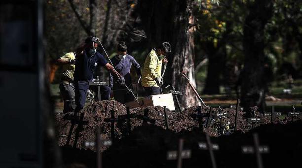 En el cementerio de la Chacarita, el más grande de Buenos Aires, los operarios trabajan en la ampliación del terreno para agregar más tumbas. Foto: EFE
