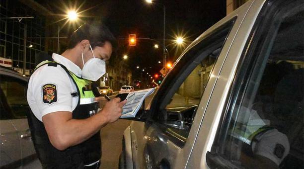 Los agentes de la EMOV se ubican en las avenidas y sectores con mayor presencia de libadores, en Cuenca, para sancionar a los infractores. Foto: Lineida Castillo / ELCOMERCIO