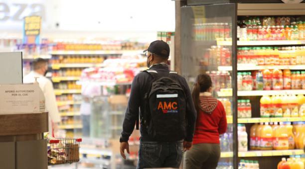 Operativo de control por parte de la AMC de aforos a personas que realizan compras en los centro comerciales de la capital. Foto: Julio Estrella / EL COMERCIO
