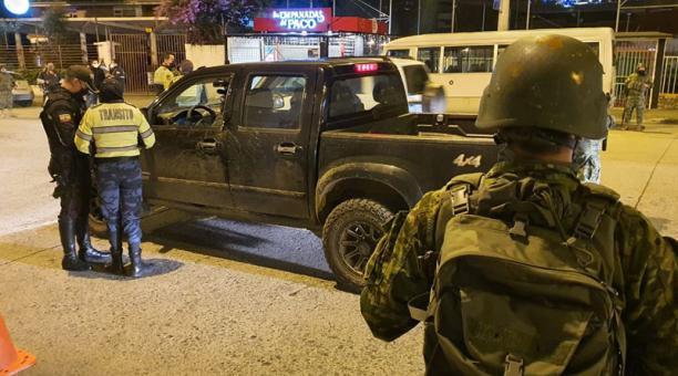 Los agentes de la EMOV cumplieron operativos de prevención sobre las restricciones a la movilidad en Cuenca. Foto: Cortesía