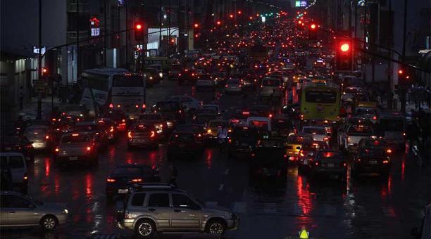 En las avenidas Machala (foto) y Quito, en Guayaquil, se registró una fuerte congestión vehicular este 23 de abril del 2021. Foto: Enrique Pesantes / EL COMERCIO