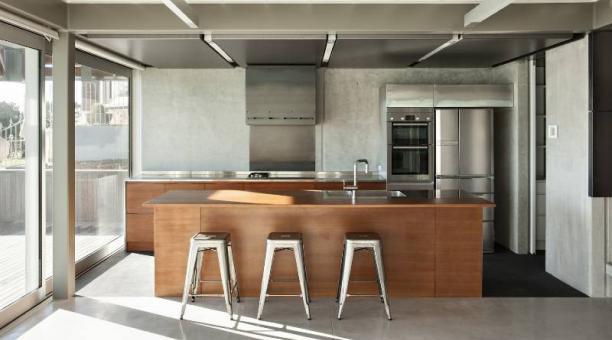 Las construcciones actuales se conectan con los espacios interiores y externos. Los muebles tienen gran capacidad de almacenaje. Foto: Plataforma Arquitectural