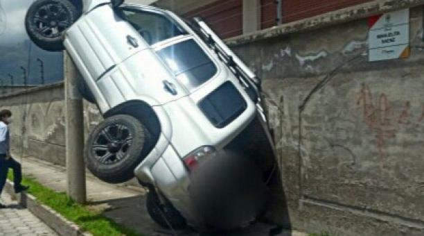 El accidente de tránsito provocó que uno de los vehículos, un jeep Gran Vitara de color plata, quede con las llantas delanteras al aire, debido a que el chasis quedó arrimado a un poste de energía eléctrica. Foto cortesía del Cuerpo de Bomberos de Ibarra