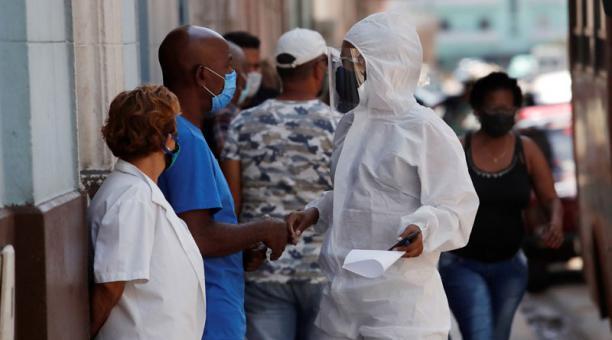 Una trabajadora de la salud habla con varias personas hoy, en La Habana (Cuba). Foto: EFE