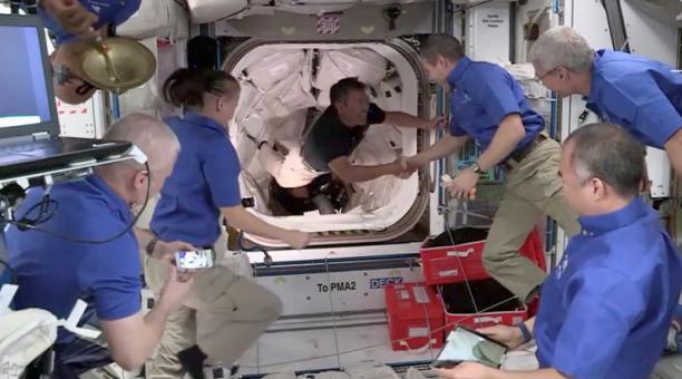 El astronauta de JAXA Akihiko Hoshide (japón) es bienvenido por la tripulación 1 a bordo de la Estación Espacial Internacional. 24 de abril de 2021. Imagen de video. Foto: NASA TV via REUTERS