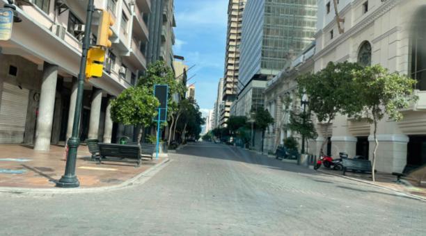 Este 24 de abril de 2021, las caóticas avenidas 9 de Octubre, Machala y Quito lucen desoladas en Guayaquil. Foto: Tomada de la cuenta de Twitter de @jorgesa9_