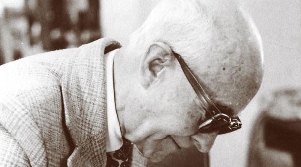 Gustavo Humberto Mata autografía uno de sus libros en 1978. Fue bibliotecario, novelista, crítico e historiador literario y poeta. Foto: ARCHIVO EL COMERCIO