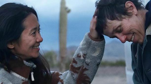 Chloé ZhaoLa sinoestadounidense aspira a tres premios, entre ellos el de directora. Aquí aparece con la estadounidense Frances McDormand, nominada a Mejor actriz.