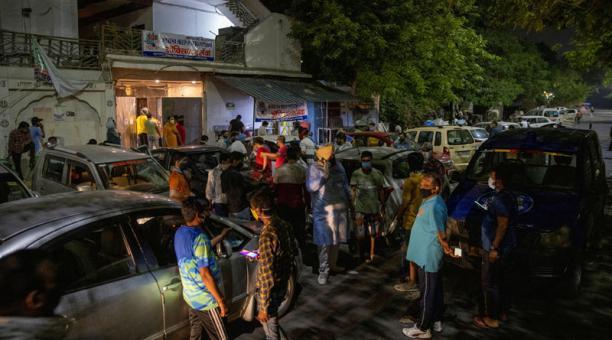 En la India la situación por el covid-19 se agudizó y cientos de miles de personas se contagian diariamente. En la imagen, personas con problemas respiratorios reciben oxígeno en el templo de Gurudwara en Ghaziabad. Foto: EFE