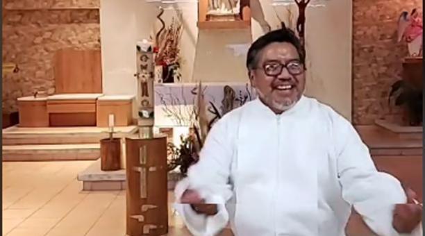 El Padre Cheke comparte contenido en su cuenta de Tiktok en la que ya suma más de 600 000 seguidores. Foto: Captura