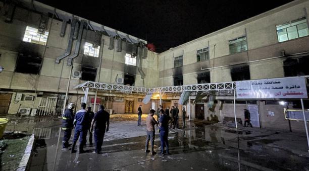 Los bomberos se reúnen frente al hospital Ibn Al-Khatib después de un incendio, al sur de Bagdad, Irak, el 25 de abril de 2021. Foto: EFE