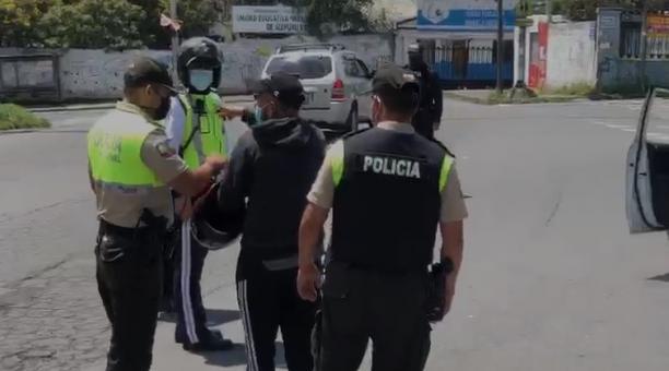 Distintas personas fueron detenidas por infringir el toque de queda en Quito. Foto: Diego Pallero/ EL COMERCIO