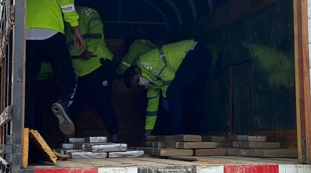 En el doble fondo de un camión se transportaban 184 bloques de cocaína en Pastaza. Foto: Cortesía
