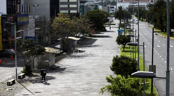 En Ecuador se aplica el toque de queda, que prohíbe la circulación de personas y vehículos (con excepción de los sectores estratégicos), ante el repunte de casos de covid-19. Foto: Julio Estrella/ EL COMERCIO
