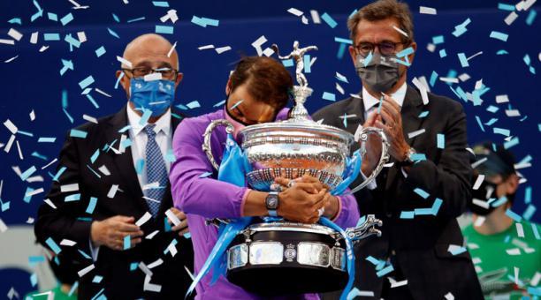 El tenista español Rafael Nadal abraza el trofeo, tras vencer al griego Stéfanos Tsitsipás en la final del Open Banc Sabadell en el Real Club de Tenis de Barcelona el 25 de abril del 2021. Foto: EFE