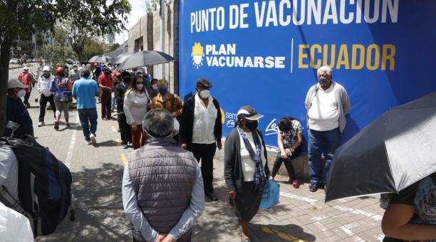 Los mensajes falsos en los que se hace un llamado a las personas para acudir a vacunarse contra el covid-19 han generado filas y aglomeraciones en los puntos de inoculación. Foto: Diego Pallero/ EL COMERCIO