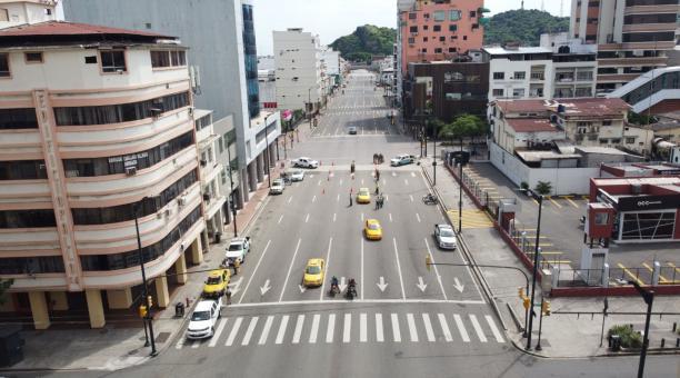 Un punto de control del toque de queda en la avenida Machala, en el centro de Guayaquil, este domingo 25 de abril. Foto: Enrique Pesantes / EL COMERCIO