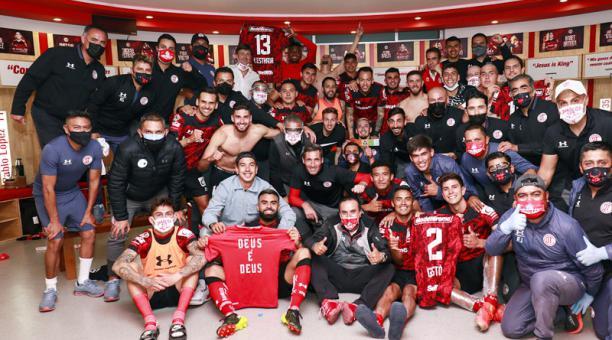 Así festejaron los jugadores del Toluca tras el triunfo. Michael Estrada, al fondo, indica su camiseta. Foto: @TolucaFC