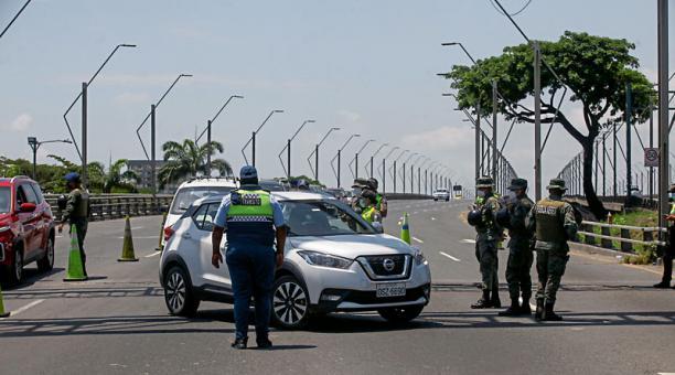 Los militares y agentes de tránsito efectuaron ayer controles en puente de la Unidad Nacional, en Guayaquil. Foto: Enrique Pesantes / EL COMERCIO