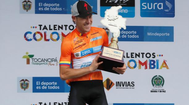 El ciclista Tito Hernández del Team Medellín levanta el trofeo de campeón de la Vuelta a Colombia 2021 en Bogotá (Colombia). Foto: EFE