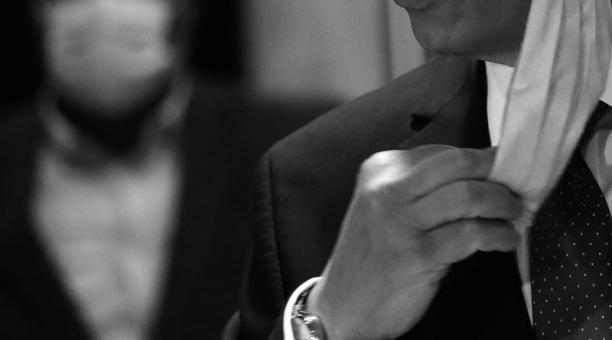 Imagen referencial. Un hombre infectado con covid-19 se quitaba la mascarilla, se paseaba por su lugar de trabajo, tosía frente a sus compañeros y les amenazaba con contagiarlos. Foto: EFE