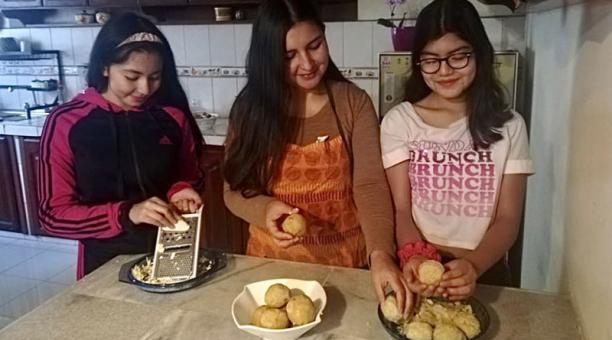 Yomar Álvarez (c) prepara el desayuno junto a Alejandra Cartajena (i) y Valeria Parra. Foto: Cortesía