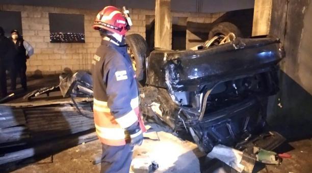 La noche del viernes, un automóvil cayó cerca de 30 metros por una pendiente en el barrio La Colmena, sur de la capital.