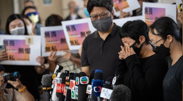 La reportera de investigación de Radio Television Hong Kong (RTHK) Choy Yuk-ling, (segunda a la derecha), reacciona mientras habla con periodistas afuera del edificio de la corte de West Kowloon en Hong Kong, China, el 22 de abril de 2021. Choy fue declar