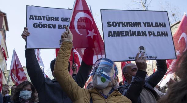 Manifestantes se agruparon en los exteriores del Consulado de Estados Unidos en Estambul, Turquía, la mañana de este lunes 26 de abril del 2021. Foto: EFE