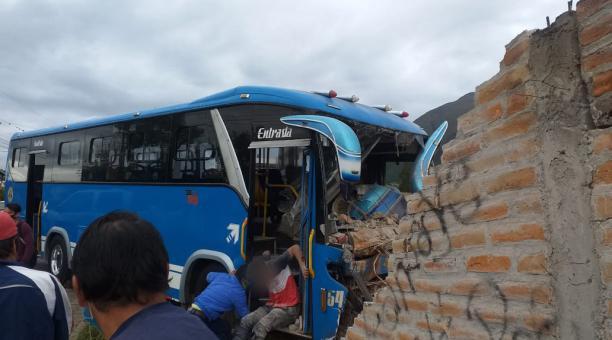 El autobús fue trasladado a los patios de tránsito. Luego se hizo la limpieza de la calzada para evitar cualquier otro incidente. Foto: Twitter @ecu911Ibarra