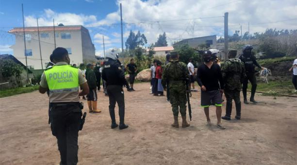 El sector de La Bolsa, unas 40 personas observaban un partido de ecuavóley. La fuerza pública retiró la red de la cancha y desalojó el escenario deportivo.   En Otavalo no hubo detenidos.
