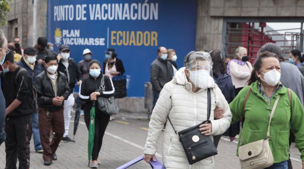 El Centro de Exposiciones Quito continúa con el plan de vacunación a los adultos mayores. Foto: Galo Paguay / EL COMERCIO