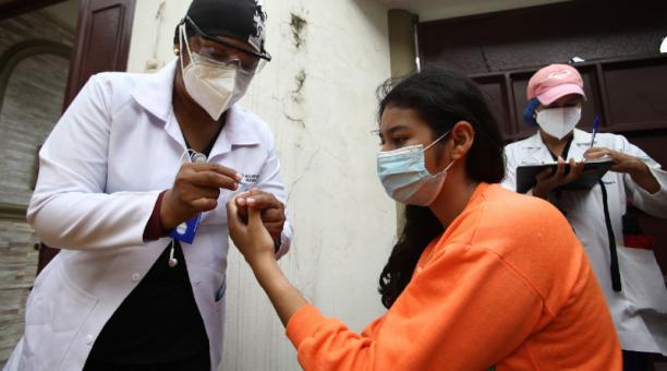 Una brigada médica del Municipio de Guayaquil toma pruebas rápidas en el sector de Samanes 2 para descartar los casos sospechosos. Enrique Pesantes / EL COMERCIO