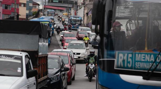 Tráfico vehicular en la Avenida Mariscal Sucre sector de la Necochea dirección sur norte hasta los túneles de San Roque este lunes 26 de abril del 2021. Foto: Galo Paguay / El Comercio