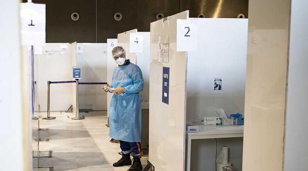 En las últimas 24 horas se produjeron 6 078 contagios nuevos de covid-19 y 119 decesos por covid-19, que dejan un total de 1,17 millones de infectados y casi 26 000 muertes en Chile. Foto: EFE