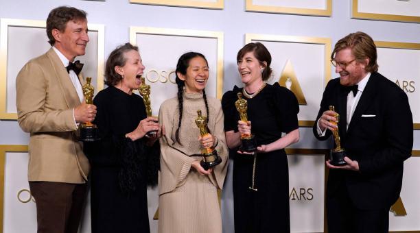 Los productores de 'Nomadland' Peter Spears, Frances McDormand, Chloe Zhao, Mollye Asher y Dan Janvey, ganadores del Oscar a Mejor película. Foto: Reuters