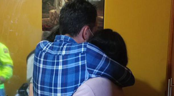 El padre Joel Oviedo viajó, con un contingente policial, a la frontera con el Perú para reencontrarse con sus hijas. Foto: Tomada de redes sociales