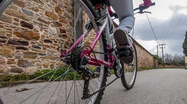 Las personas que caminan o que van en bicicleta generan huellas de carbono inferiores en sus desplazamientos diarios, según una investigación. Foto: Pixabay