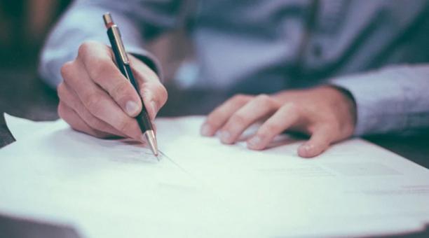Imagen referencial. Fiscalía emitió dictamen acusatorio en contra de Lenín Mantilla, exsecretario de Salud, quien firmó el contrato de la adquisición de pruebas. Foto: Pixabay