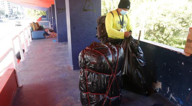 Quienes duermen en La Carolina envuelven sus pertenencias con plásticos.Foto: Diego Pallero / EL COMERCIO