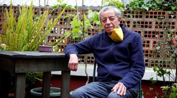 El artista conceptual Pablo Barriga, en su casa en Quito. Foto: Patricio Terán / EL COMERCIO