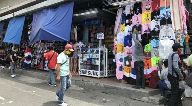 El sector de la Bahía, en Guayaquil, retomó el lunes 26 de abril del 2021 su actividad tras los dos días de confinamiento obligatorio. Foto: Enrique Pesantes/ EL COMERCIO