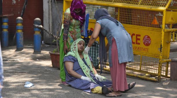 Un paciente sospechoso de covid-19 con familiares esperan tratamiento fuera del hospital Covid-19 en Nueva Delhi, India, el 27 de abril de 2021.