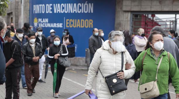 Las personas acuden con sillas o bancos para sentarse y esperar el turno de vacunación en el Centro de Exposiciones Quito, en donde se registran problemas para acceder a las dosis contra el covid-19. Foto: Galo Paguay/ EL COMERCIO